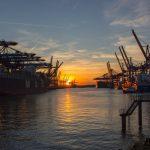 コンテナ船と朝日